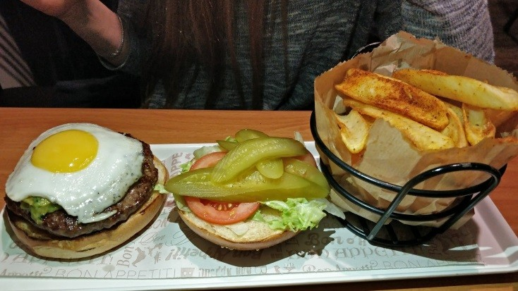 קציצה עגלגלה - המבורגר עם גוואקמולה וביצת עין