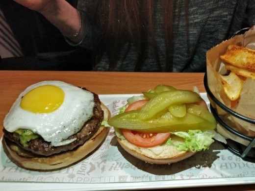 המבורגר עם גוואקמולה וביצת עין של קציצה עגלגלה
