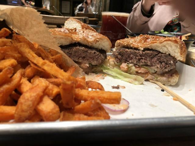 ההמבורגר של רודאו עם צ'יפס