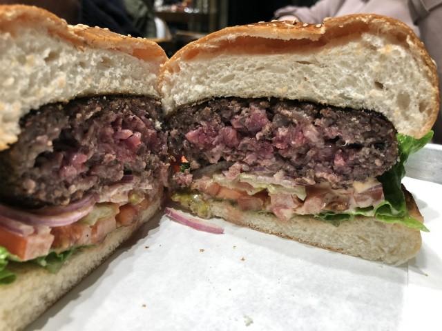 ההמבורגר של רודאו, מבט מקרוב