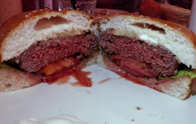 מבט מבפנים על ההמבורגר של בית הפנקייק המקורי בהרצליה