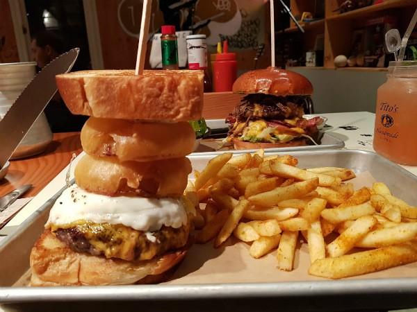 ההמבורגרים המושחתים של מסעדת אמריקה!