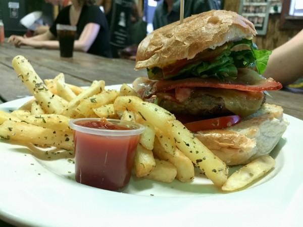 ההמבורגר של The Island Bar
