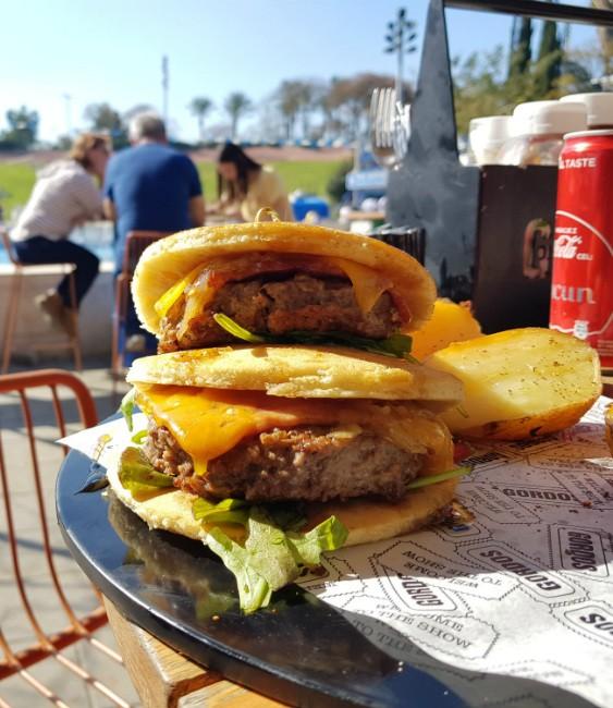 המבורגר בפנקייק של גורדוס