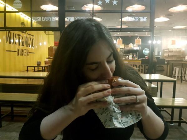 הדר וההמבורגר של מאסט אנד מאיו