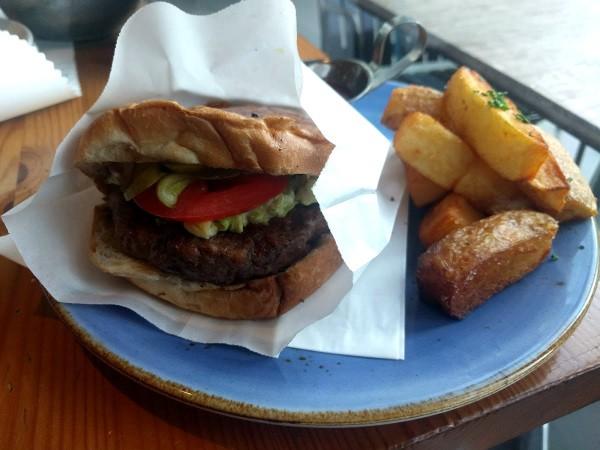 המבורגר וצ'יפס של חדר האוכל