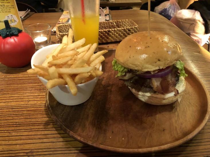 המבורגר בטיפיי - KGB Kiwi Gourmet Burgers