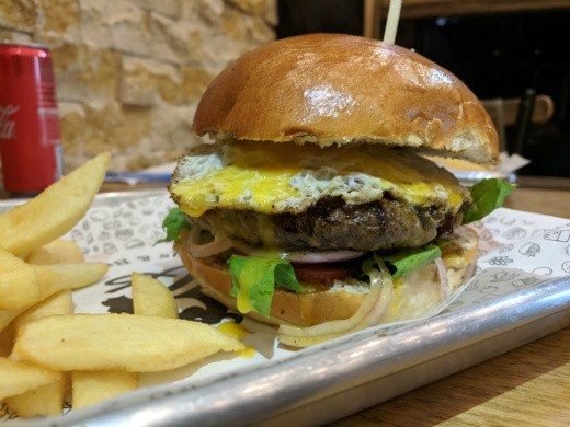 Q's Wings and Burgers - המבורגר עסיסי ומומלץ