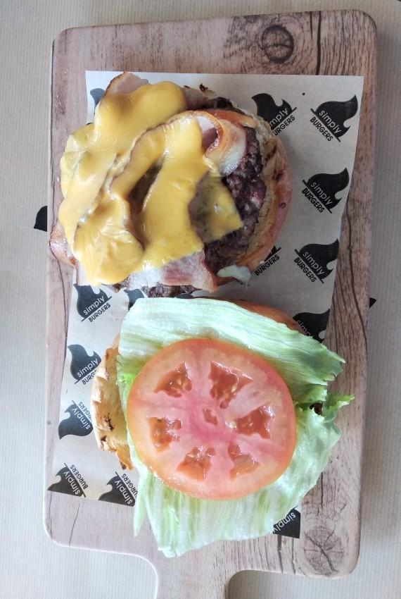 המבורגר עם בייקון וגבינה של simply burgers