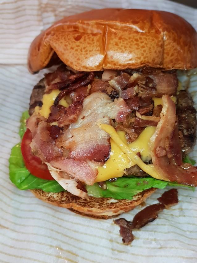אמריקה בורגרס - צ'יזבורגר עם בייקון