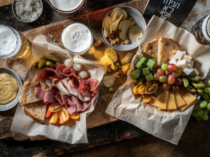 Lager & Ale - צלחת גבינות ובשרים, צילום: אנטולי מיכאלו