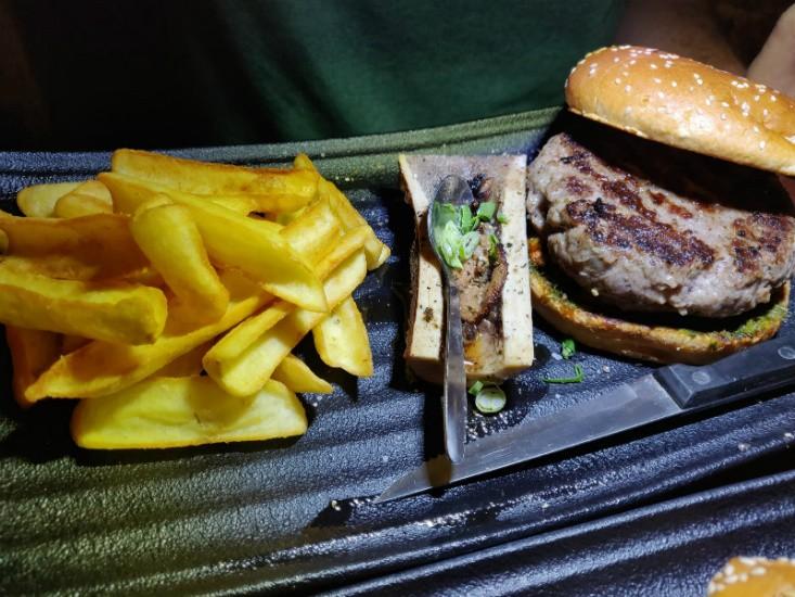 המבורגר קורדובה עם מח עצם של פאב החבית