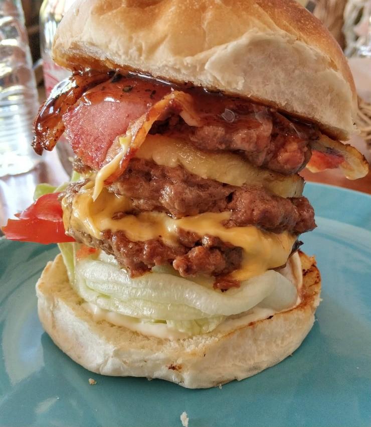 המבורגר בתאילנד, פאי - Maya Burger Queen
