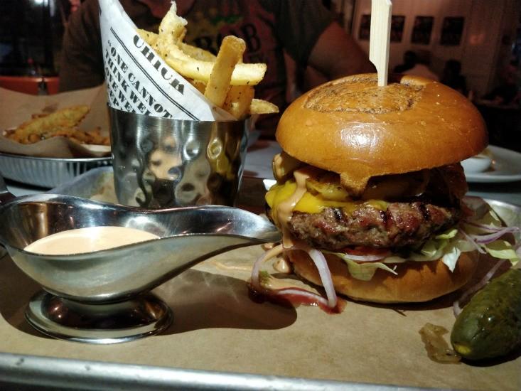 ביסטרו גרינברג מארחים את The Big Kahuna Burger