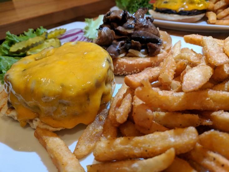 צ'יזוברגר של Island Burger & Shakes