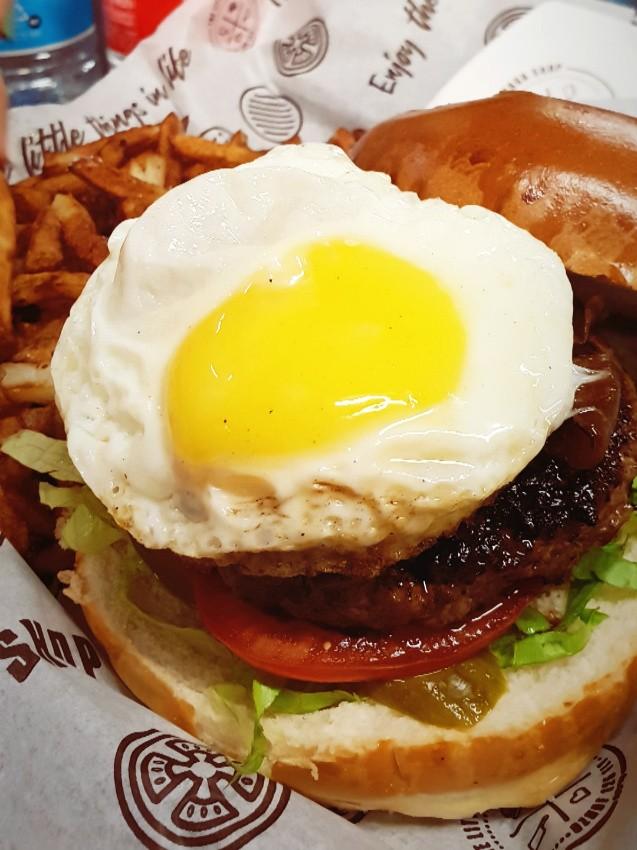 the little burger shop טופינג ביצת עין