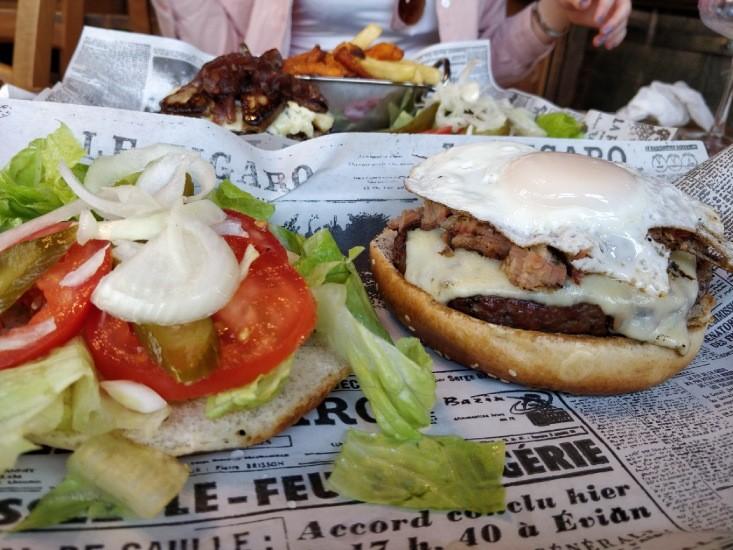 המבורגר אמריקאי של אל פואבלו אניעם