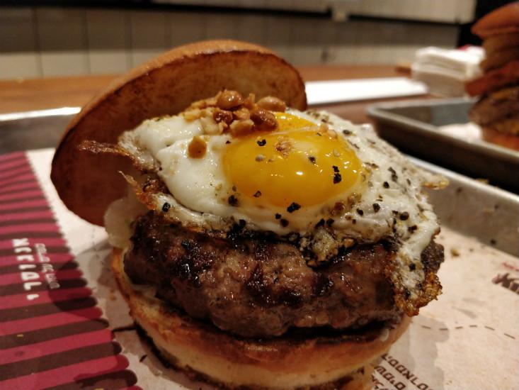 המבורגר עם ביצה של אנגוסרי הארבעה