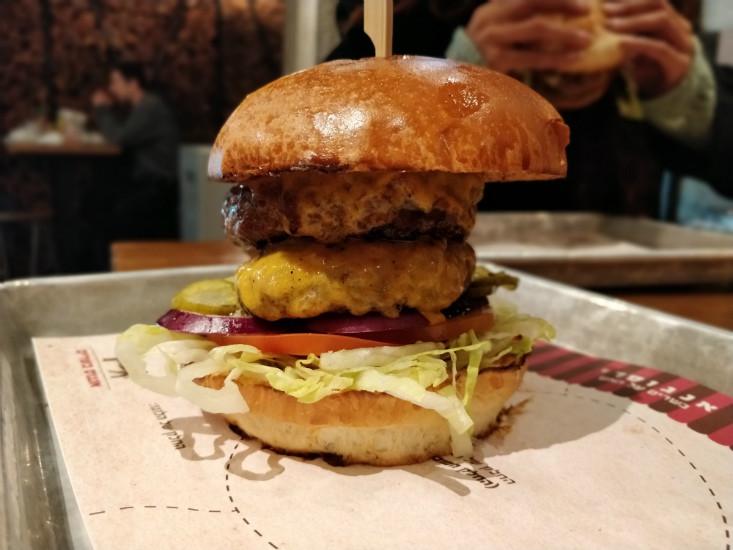 דאבל המבורגר של אנגוסרי הארבעה