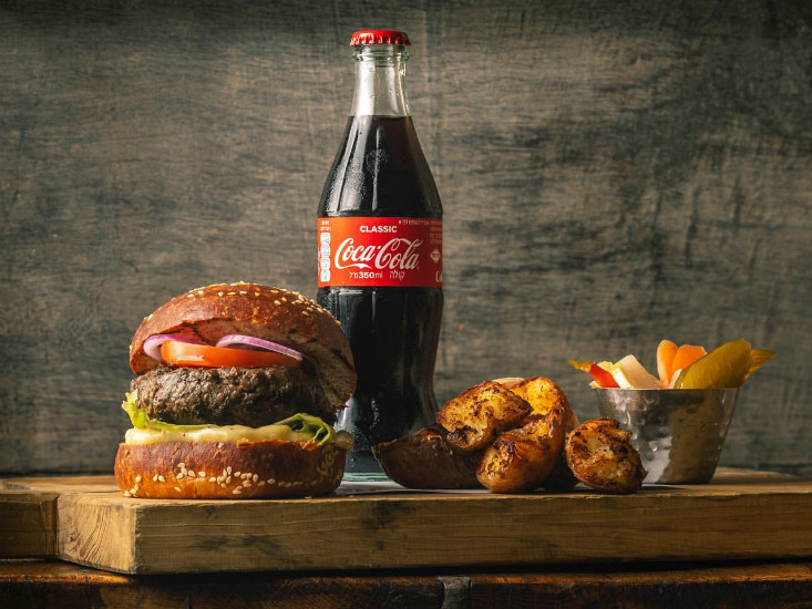 """קוקה קולה חוגגים חודש המבורגרים, מקור: יח""""צ"""