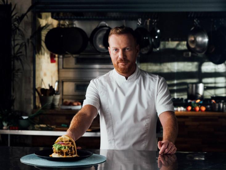 המבורגר Avang-Art של יובל בן נריה לרשת מוזס צלם: נועם פריסמן