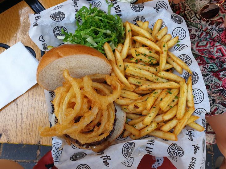 ארוחת המבורגר וצ'יפס של TLBS