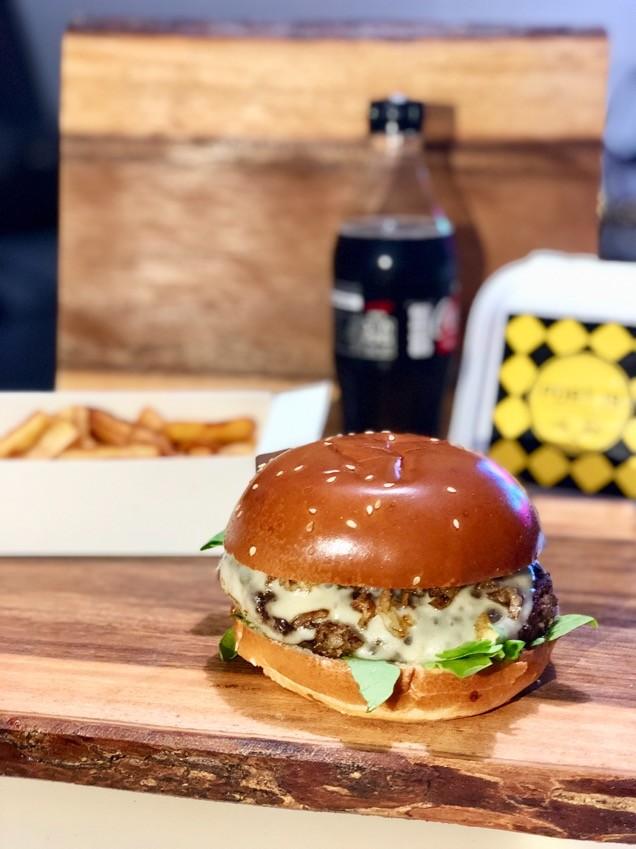 המבורגר שוויצרי של פורט19 במשלוח של וולט