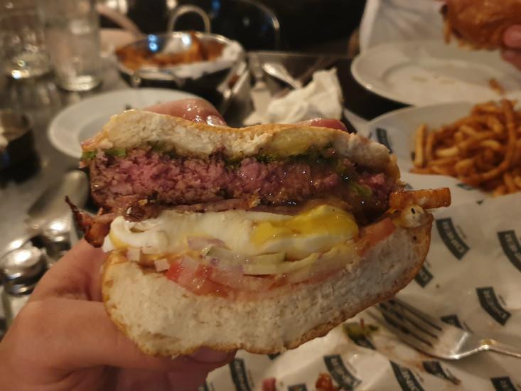 המבורגר בנדיקט של הדיינר של גוצ'ה, מבט מבפנים