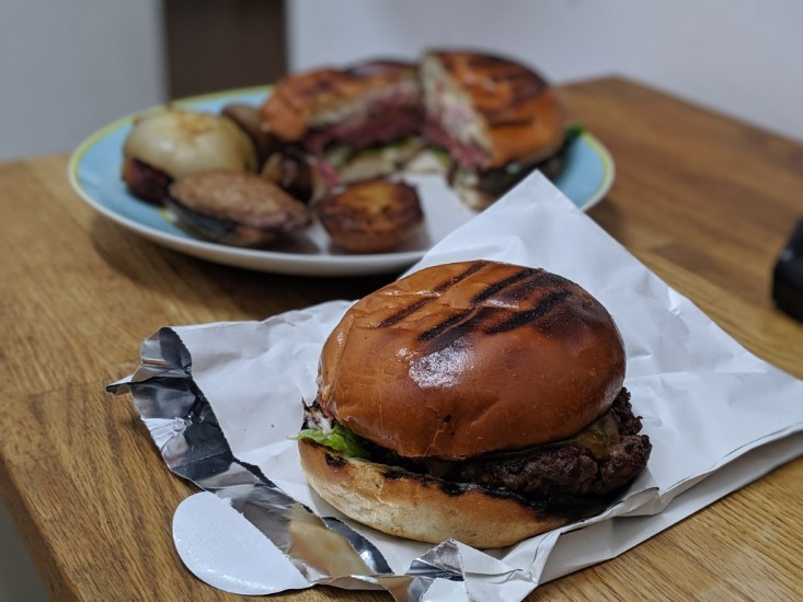 ההמבורגר של M25 במשלוח של וולט