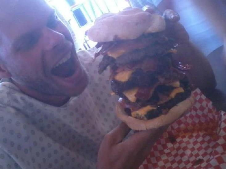 אור שוחט וההמבורגר של Heart Attack Grill