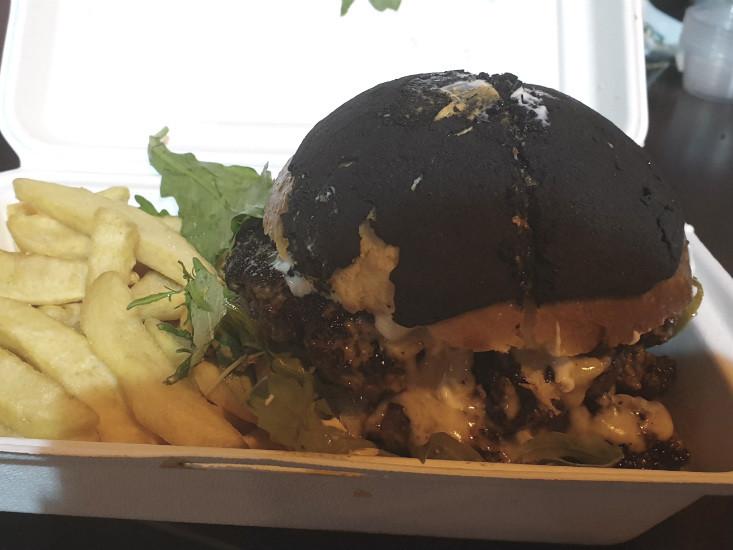 ההמבורגר עם הכיפה השחורה, ג'ורג' דה בף