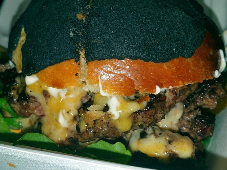ההמבורגר של ג'ורג' דה בף, שחיתות בכרמל