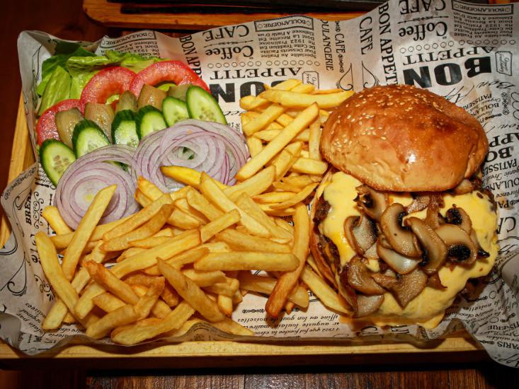 """המבורגר """"צ'יזבורגר"""" של טקסס אשדוד"""