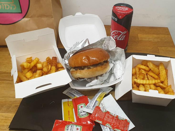 המבורגר המוסד וצ'יפס במשלוח של וולט