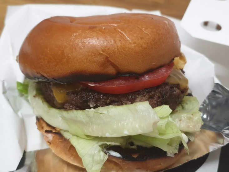 ההמבורגר של M25 במשלוח וולט