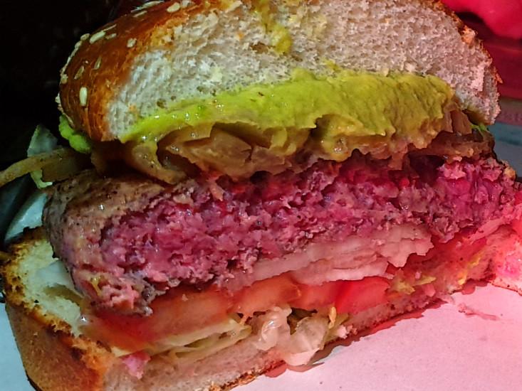 פאב גבולות, המבורגר עם גווקמולי