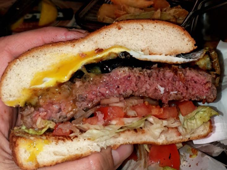פאב גבולות, המבורגר עם חציל