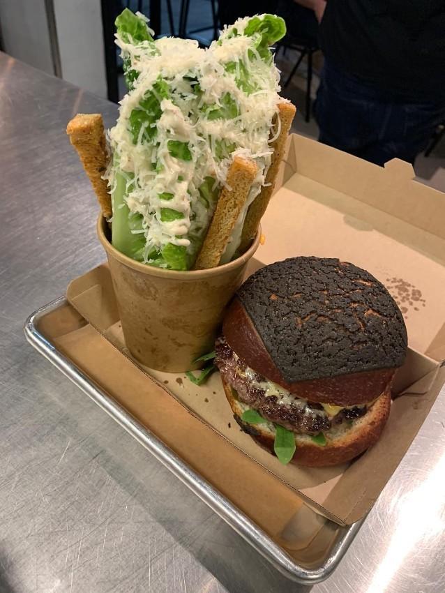 ההמבורגר עם הכיפה השחורה של ג'ורג' דה בוף