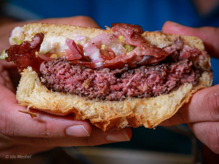 ההמבורגר של אונזה מבט מבפנים